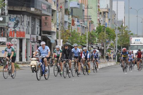 Các cua rơ đang tiến về đích sau chặng đường dài 500km qua 4 tỉnh, thành phố.