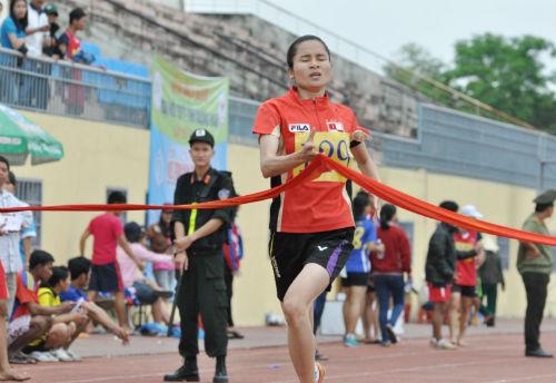 Nguyễn Thị Minh Nguyệt đoạt 2 HCV nội dung 400m và 200m Hiệp Đức.