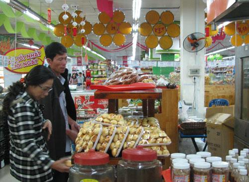 Nhờ đưa sản phẩm bánh tét, bánh chưng vào siêu thị mà cơ sở bánh Năm Lệ được nhiều người biết đến nhiều hơn. Ảnh: THỤC ANH