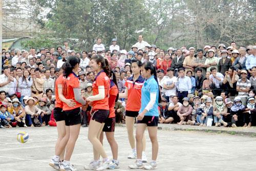 Đại hội Thể dục - thể thao cũng là dịp để đông đảo người dân vui chơi (Trong ảnh: Rất đông khán giả dự xem Giải bóng chuyền nữ tỉnh năm 2014). Ảnh: ANH SẮC