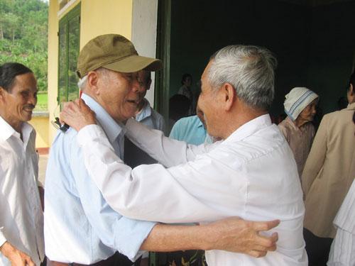 Ông Lưu Văn Chính (bên phải), nguyên Bí thư Huyện ủy Tiên Phước trong kháng chiến thăm bà con thôn 10, xã Tiên Thọ.