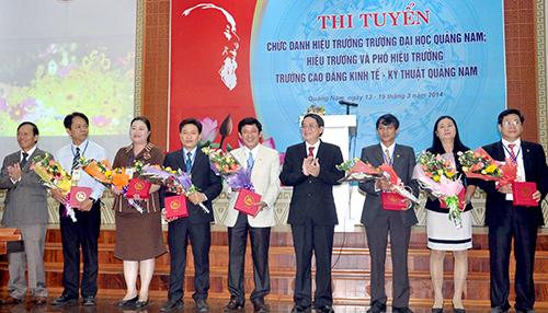 Bí thư Tỉnh ủy Nguyễn Đức Hải và Chủ tịch UBND tỉnh Lê Phước Thanh tặng hoa chúc mừng các ứng viên dự thi.Ảnh: XUÂN PHÚ