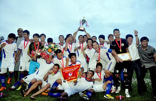 Đoàn Tam Kỳ thi đấu ấn tượng trong giai đoạn đầu đại hội năm nay. Trong ảnh: Niềm vui đoạt cúp vô địch môn bóng đá đại hội.
