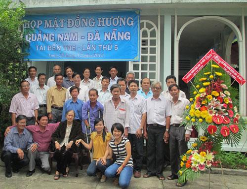 Đồng hương Quảng Nam - Đà Nẵng ở Bến Tre chụp hình lưu niệm tại buổi họp mặt vào cuối năm 2013. Ảnh: MINH KIỆT