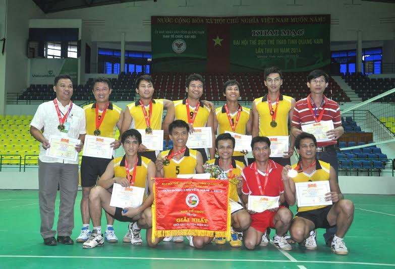 Niềm vui của đội Nam Giang sau khi giành huy chương vàng.
