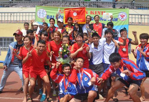 Niềm vui giành giải Nhất toàn đoàn của huyện Tây Giang.
