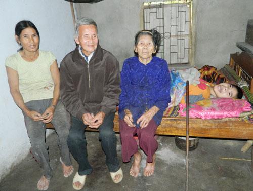 Bà Nguyễn Thị Ai cùng cha mẹ nuôi thường đau ốm bên đứa con tật nguyền.