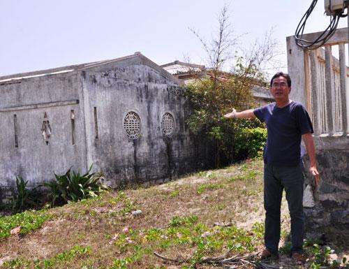 Ông Hiển chỉ vào công trình nhà ở của ông đã xây dựng kiên cố hơn 10 năm nay. Ảnh: H.P