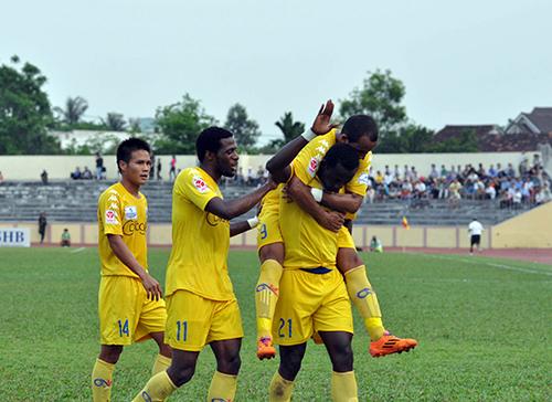 Niềm vui của các cầu thủ QNK Quảng Nam sau chiến thắng Than Quảng Ninh