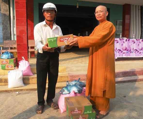 Đoàn từ thiện trao quà cho người nghèo ở xã Quế Phú.