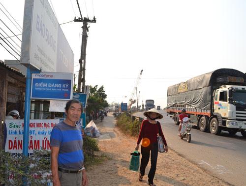 Người dân thôn Bà Bầu, xã Tam Xuân 2 (Núi Thành) mong sớm ổn định chỗ ở. Ảnh: C.T