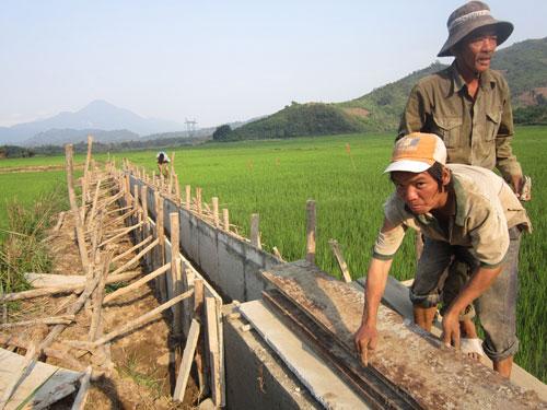 Phước Năng tích cực xây dựng kênh mương giúp nông dân chủ động nước tưới.                                                                                              Ảnh: P.D.T