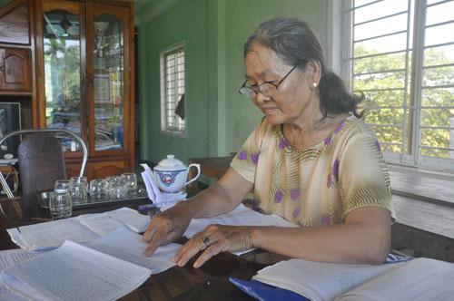 Bà Nguyễn Thị Lan và hồ sơ đơn khiếu nại từ nhiều năm qua.Ảnh: H.G