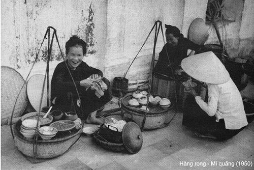 Hàng rong mì Quảng. Ảnh của nhà nhiếp ảnh Vĩnh Tân chụp năm 1950 tại Hội An