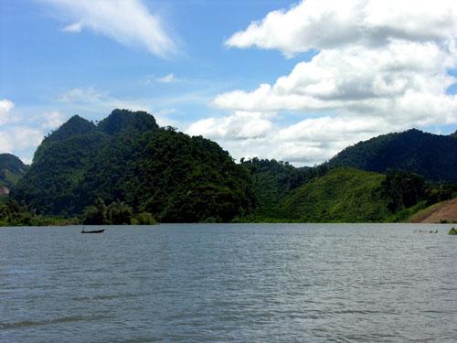 Hồ thủy điện A Vương đang ngày càng thu hút sự quan tâm của du khách.