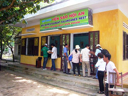 Cửa hàng trưng bày và bán lẻ sản phẩm yến ở Bãi Ông, xã đảo Tân Hiệp.