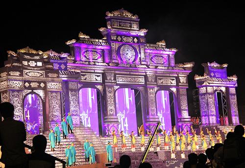Sân khấu lộng lẫy trong đêm tổng duyệt chương trình nghệ thuật khai mạc.