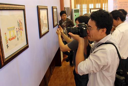 """Du khách tham quan không gian triển lãm """"Đại lễ phục Việt Nam thời Nguyễn"""", diễn ra vào sáng 11.4 tại Liễu Quán Huế."""