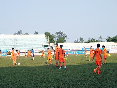 Đội SHB Đà Nẵng tập trên sân Tam kỳ trước trận đấu gặp QNK- Quảng Nam chiều nay