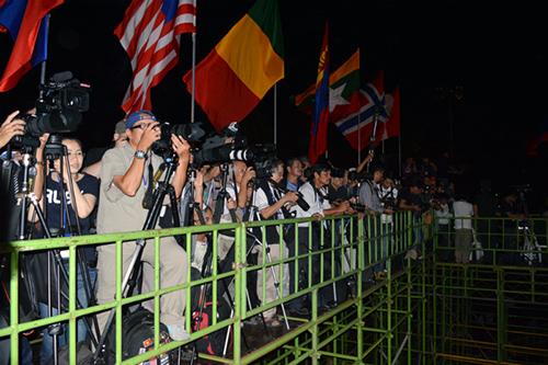 Đông đảo phóng viên của các cơ quan thông tấn bái trong nước và quốc tế đã đến đưa tin buổi lễ khai mạc.