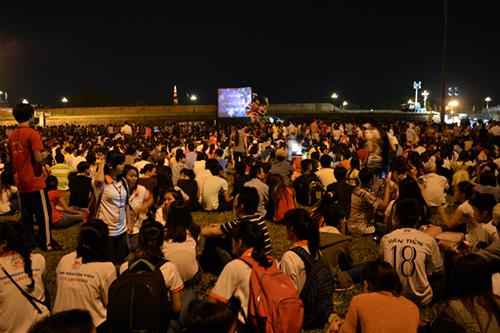 Du khách và người dân xem lễ khai mạc qua truyền hình trực tiếp bên ngoài sân khấu chính