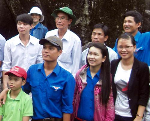 Ông Đặng Ngọc Giáo (đội mũ tai bèo) cùng tham gia chuyến về nguồn với Chi đoàn Thanh niên thôn.