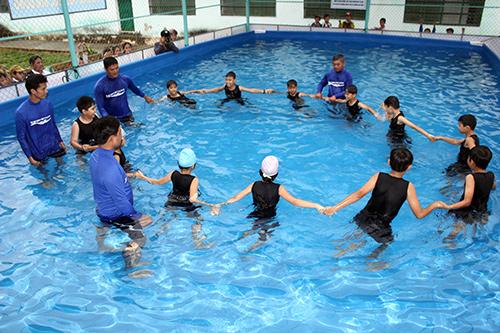 Học sinh huyện Tiên Phước tham gia buổi học bơi do Swim Vietnam và Hội Chữ thập đỏ huyện phối hợp tổ chức.