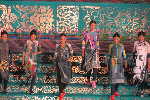 Các mẫu áo dài thể hiện nét văn hóa đặc trưng của các nước trên thế giới.