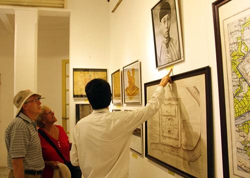 Du khách tham quan tại phòng trưng bày.