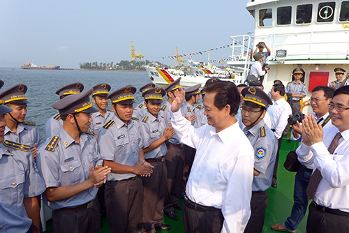 Prime Minister Nguyen Tan Dung congratulates menmbers of The Fisheries Suveillance Force of Vietnam.