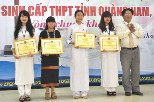 Lãnh đạo Sở GD-ĐT trao giải nhất và 3 giải nhì cho các thí sinh. Ảnh: X.PHÚ