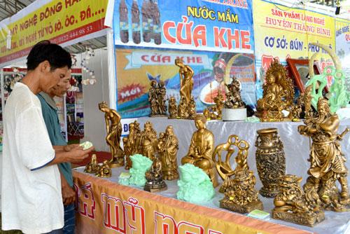 Sản phẩm một số làng nghề Quảng Nam chưa mang đặc trưng nên khó cạnh tranh với sản phẩm làng nghề nơi khác.Ảnh: VĨNH LỘC