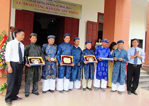 Đại diện các làng nhận bản gốc sắc phong triều Nguyễn.