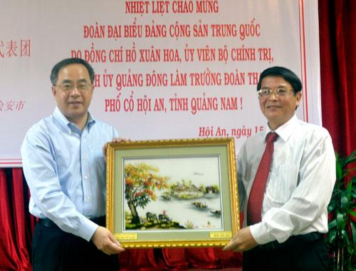Quang Nam provincial Party  Secretary Nguyen Duc Hai present a souvenir picture to Secretary Hu Chunhua
