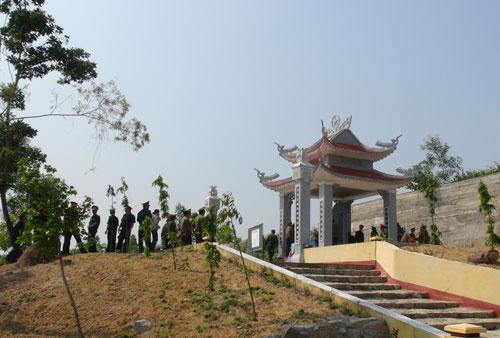 Nhà bia tưởng niệm 40 liệt sĩ đặc công hy sinh tại Núi Quế, xã Quế Phú, huyện Quế Sơn.