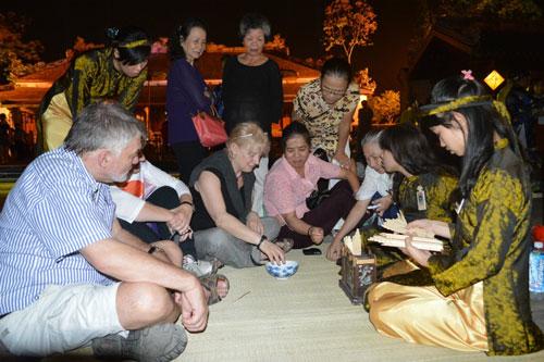 Du khách cùng hòa mình vào các trò chơi dân gian của Đêm hoàng cung.