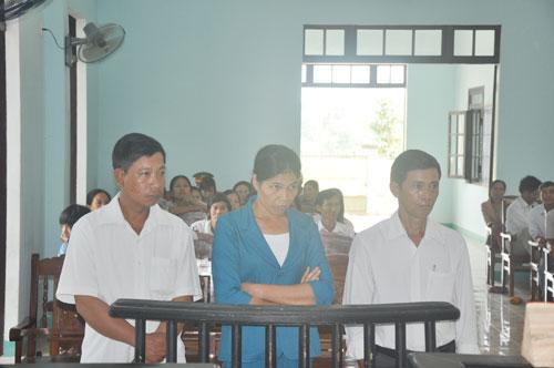 Các bị cáo tại phiên tòa xét xử sơ thẩm. (Từ trái qua: Nguyễn Văn Khánh, Đỗ Thị Tuyết Hạnh và Nguyễn Văn Năm).
