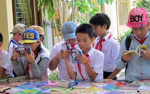 Học sinh tham quan các gian hàng sách trong Ngày Sách Việt Nam tại sân trường.