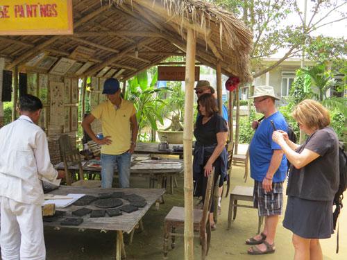 Du khách tỏ ra thích thú với tranh làng Sình.