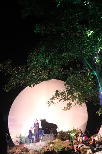 Góc sân khấu của đêm nhạc Trịnh. Ảnh: Phong Yên