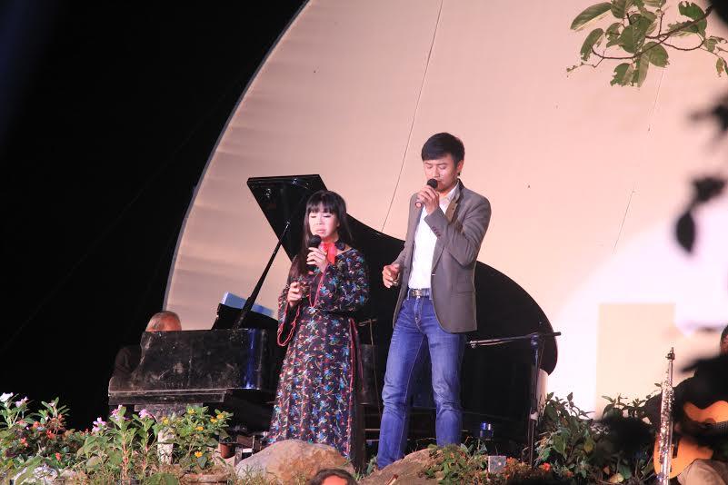 Ca sĩ  Ánh Tuyết, Quý Bình biểu diễn nhạc Trịnh. Ảnh: Phong Yên