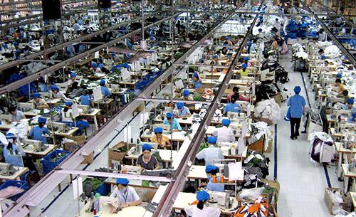 Công ty CP May Trường Giang tận dụng nguồn ánh sáng trời để tăng độ sáng cho công nhân làm việc tại xưởng may.
