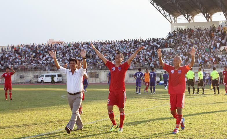 """Hậu vệ Duy An (giữa) một trong số các cầu thủ """"gốc"""" Quảng Nam đáng chú ý trong đội hình đội bóng QNK Quảng Nam."""