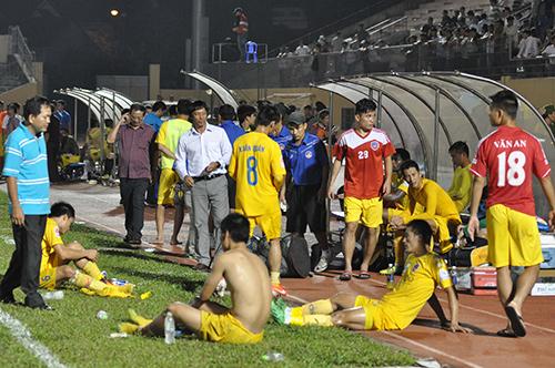 Nỗi buồn của ban huấn luyện và các cầu thủ QNK Quảng Nam sau khi kết thúc trận đấu