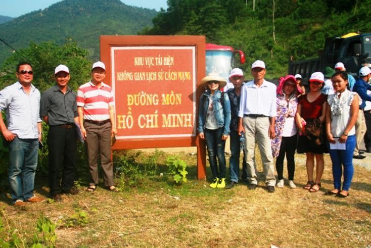 Đoàn khảo sát chụp ảnh lưu niệm tại đường mòn Hồ  Chí Minh.