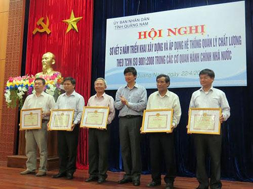 Phó Chủ tịch thường trực UBND tỉnh Nguyễn Ngọc Quang tặng bằng khen cho các đơn vị triển khai hiệu quả hệ thống ISO vào CCHC