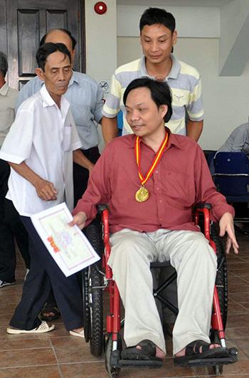 VĐV Nguyễn Ngọc Hùng (Tiên Phước) được sự hỗ trợ tích cực của cán bộ Trung tâm VH-TT huyện. Ảnh: TƯỜNG VY
