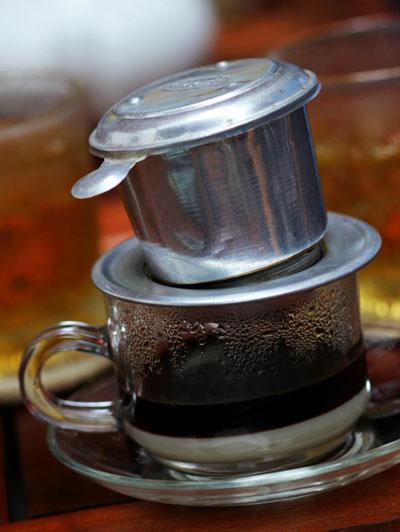 """Ly cà phê của người Quảng Nam ở Sài Gòn thường rất đậm đặc và chỉ bỏ 2 """"cục đá""""."""