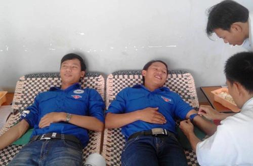 Cán bộ, sinh viên Trường Đại học Quảng Nam tham gia hiến máu tình nguyện.