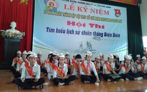 """Các em học sinh THCS huyện Phú Ninh tham gia hội thi rung chuông """"""""Tìm hiểu lịch sử chiến thắng Điện Biên""""."""